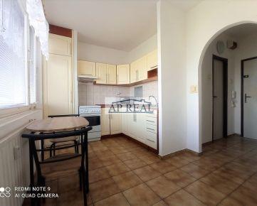 VOĽNÝ IHNEĎ  1 izbový zariadený byt, s výhľadom na jazero Draždiak, samostatná kuchyňa BA V, 400€ s energiami