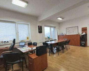 NA PRENÁJOM: Svetlá, priestranná 3- kancelária s balkónom na Kalvárii s parkovaním na dlhodobo
