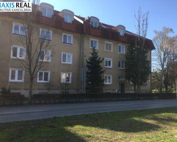REZERVOVANÉ: Tehlový , veľký 2 izbový byt s balkónom s výbornou polohou na Študentskej ulici.