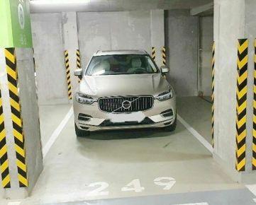 Parkovacie státie pre auto plus motorku