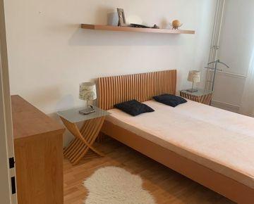 Na PREDAJ priestranný 2.izbový byt v centre SENCA