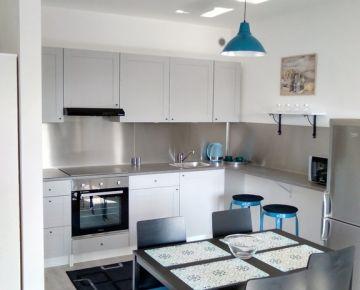 NA PRENÁJOM : 2 izbový byt v novostavbe s parkovacím miestom a balkónom!