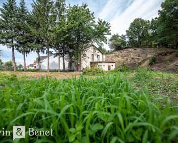Arvin & Benet | Rozsiahly slnečný pozemok v tichej uličke