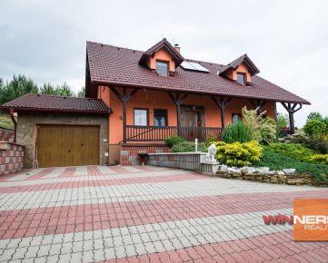 Rodinný dom v rustikálnom štýle s krásnou keramickou pecou a veľmi peknou záhradou
