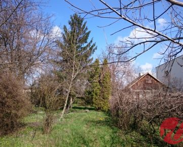 Veľkorysý a slnečný pozemok  ( 1158m2 ) s chatou v príjemnej zelenej lokalite