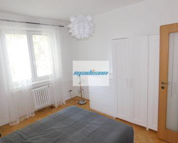 Tichý veľmi príjemný  byt v tehlovom dome na Štrkovci, zrekonštruovaný, zariadený, ihneď voľný