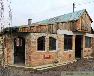 Dva domy vhodné na obchodnú činnosť s veľkým pozemkom medzi Trnavou a Hlohovcom.