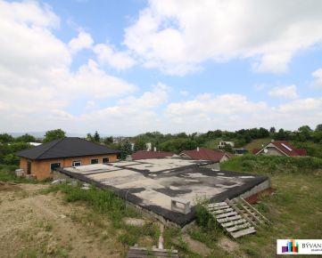 Na predaj stavebý pozemok 592 m² so základovou doskou a stavebným povolením