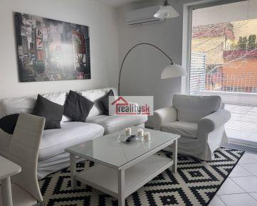 Moderný zariadený byt s veľkou terasou a parkovaním