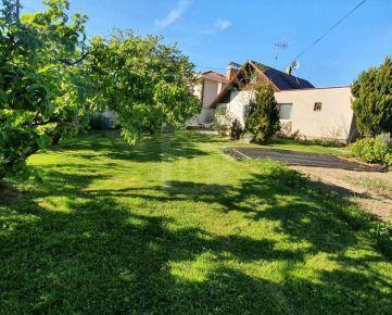 Direct Real - Atraktívny pozemok so starším domom v tichej časti priamo pod Bôrikom, 1077 m2, Staré mesto