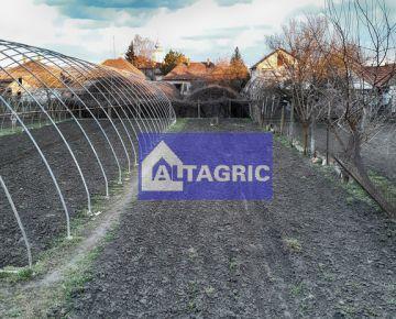 3138b Na predaj pozemok s rodinným domom a záhradou v Moči 967m2