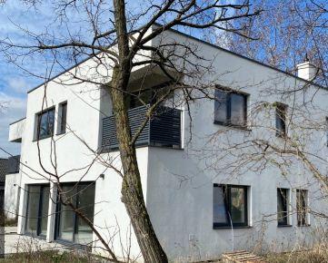 VILLA PARK - budova 329m2 na pozemku 763m2 - priamo pri Vrakuňskom lesíku