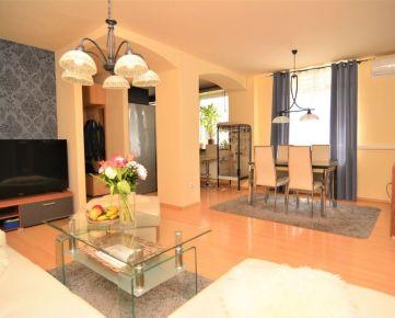 BOND REALITY - Priestranný 3 izb. byt vo výbornej lokalite, tichý súkromný vnútroblok, loggia, 3xPARKING, Svätovojtešská ul.