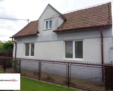 K&R CARPATIA-real *  SUPER CENA * Pôvodná časť Slovenského Grobu -  Rodinný dom s garážou a  krásnym pozemkom v najlepšej časti obce Slovenský Grob -- Lipová ul.