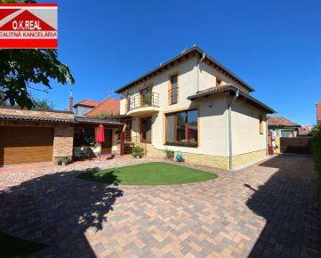 Ponúkame na predaj5-izbový, dvojpodlažný rodinný dom v krásnej, tichej, lukratívnej časti, v centre Dunajskej Stredy (neďaleko od termálneho kúpaliska) na ul. Žitnoostrovská.