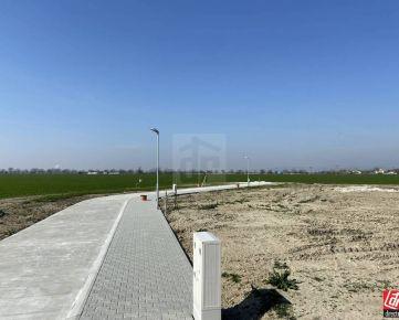 Direct Real - REZERVOVANÉ Posledný stavebný pozemok priamo v obci v novej lokalite. Všetky IS vybudované !