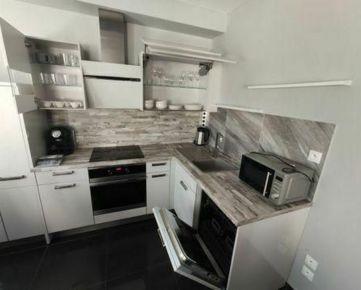 TOP Living: 2-i moderný byt v NOVOSTAVBE, veľa zelene, komplet zariadený, Uhlisko