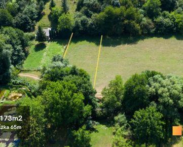 REZERVOVANÝ Predaj pozemku v srdci Borinky obklopený zeleňou, s možnosťou výstavby