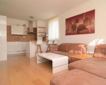 BOND REALITY – Výnimočný kompletne zariadený 3 izbový byt s priestrannou terasou a parkovaním BA IV