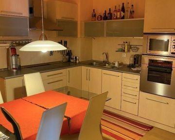 Klimatizovaný 2 izbový byt s garážovým státim na Vyšehradskej ulici