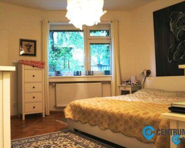 3D PREHLIADKA: Priestranný, kompletne zrekonštruovaný 4-izbový byt v tichej časti Starého Mesta