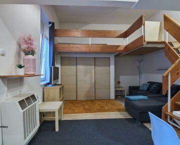Rezervované / 1 izbový byt v meštianskom dome na hranici starého mesta na ulici Kollárova