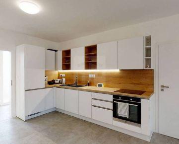 Direct Real - Ponúkame na predaj veľký, 4 izbový (aktuálne 3 izbový) byt v rodinnom dome, so záhradkou a terasou, dvoma parkovacími miest...