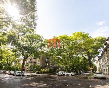 REZERVOVANÝ - Na predaj výnimočný 2,5 izbový byt vo vyhľadávanej lokalite pri Dulovom námestí s možnosťou úpravy na 3 izbový byt