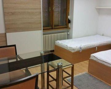 Prenájom, 1 voľne miesto pre študentku alebo pracujúcu  v centre Nitry na Farskej ul.