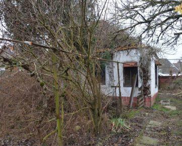Hlohovec/MADUNICE - chata v zastavanej časti obce na prerábku