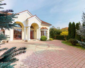 Direct Real - Vkusné priestranné rodinné sídlo s veľkým pozemkom, dvojgaráž, neďaleko Aquaparku DS, Malé Dvorníky