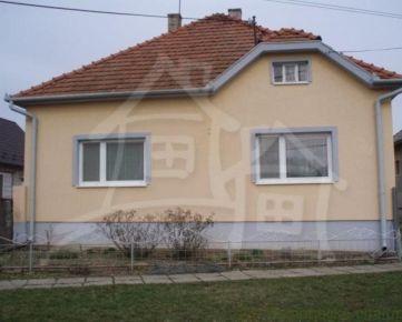 Hľadáte príjemné a originálne bývanie ? Tento dom pri Šahách  je toho zárukou