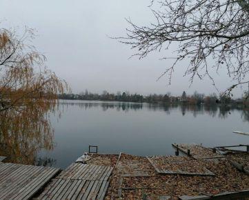 Prenajmeme chatku na Vajnorských jazerách.
