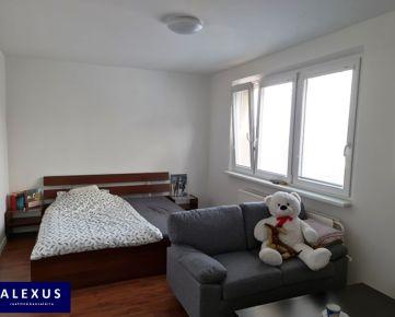 Predaj, priestranný 4-izbový byt s loggiou, 82 m2 + 3 m2 loggia, 11./11, KOMPLETNÁ REKONŠTRUKCIA, NÁDHERNÝ VÝHĽAD, PRIAMO POD LESOM