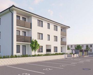 Ponúkame na predaj 2 izbový byt s ÚP 59,2m2, záhradou 93,5m2 a 2 parkovacími miestami