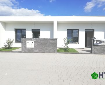 3 izbový byt (64 m2) s TEPELNÝM ČERPADLOM, s vlastnou oplotenou záhradkou (cca 70 m2) vrátane 3 parkovacích miest