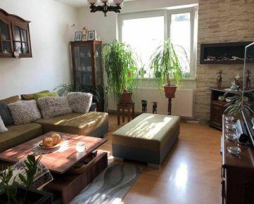 Ponúkame na predaj veľký 2,5-izbový byt vo výbornej lokalite Sídliska Sekčov, Prešov, zariadený.