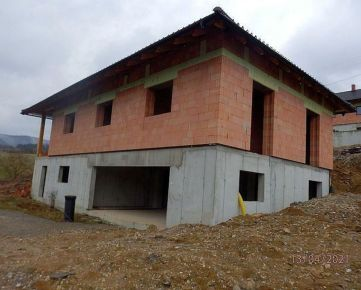Na predaj veľký rozostavaný rodinný dom v Hornom Moštenci v Pov. Bystrici