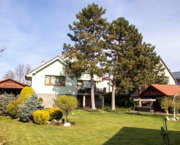 Ponúkame exkluzívne na predaj rodinný dom s krásnou záhradou .