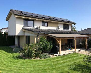 NA PREDAJ : Dom, ktorý si zamilujete ! Kompletne dokončený, kvalitne do detailov, 7á pozemok