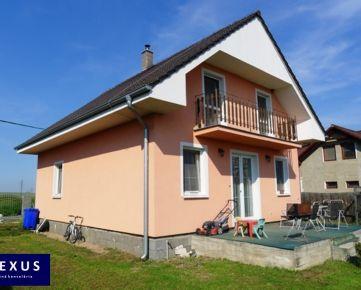 Novostavba priestranného dvojpodlažného 4-izbového (alternatívne 5-izbového) rodinného domu, pozemok 546 m2, príjemné a tiché prostredie