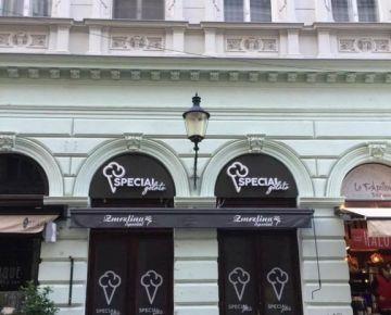 Prenajmeme obchodný priestor s výkladmi v pešej zóne Rybárska brána na 5 mesiacov v centre Bratislavy,