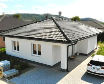 NA PREDAJ moderná novostavba 3-izbového bungalovu s výhľadom na hrad v novovybudovanej štvrti v obci Beckov