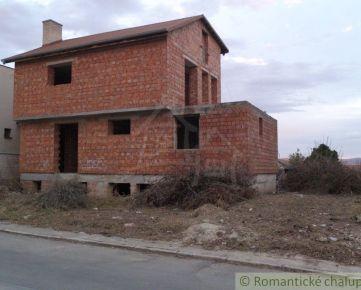 Veľkorysý projekt rozostavaného rodinného domu v obci Podolie