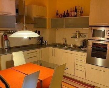2 izbový zariadený byt s vnútorným parkovacím státím na ulici Vyšehradská