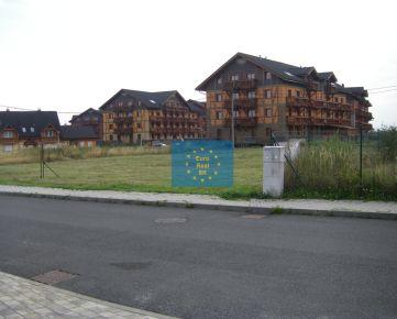 Predáme vo Veľkej Lomnici ( golfový areál Black stork), Golfová ul. stavebný pozemok o výmere 950 m2, platné stavebné povolenie na RD ( max. tri bytové jednotky)), všetky IS