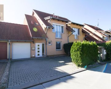 REZERVOVANÉ, PREDAJ, 5 izbový radový rodinný dom s garážou, ul. Rovná, Stupava