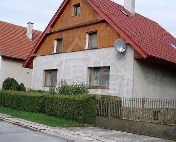 Veľký dom s mezonetovým poschodím a  priestrannou záhradou v Chocholnej-Velčiciach na predaj.