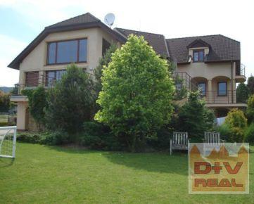 Ponúkame Vám na predaj výnimočne účelne navrhnutý, mimoriadne kvalitne postavený, veľký a komfortný rodinný dom s veľkým pozemkom v lokalite Bratislava IV, Záhorská Bystrica, Strmý vŕšok.