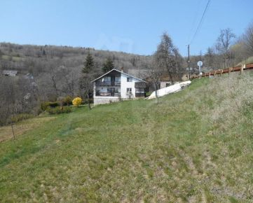 Dom na kraji malej dediny v horách.